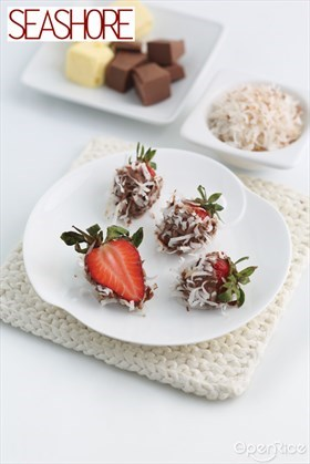 Chocolate Covered Strawberries with Coconut Flakes Recipe 雪花巧克力草莓食谱